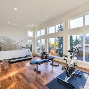 Multifunktionaler, Mittelgroßer Moderner Fitnessraum mit weißer Wandfarbe, braunem Holzboden und braunem Boden in Orange County