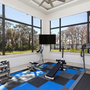 Multifunktionaler Moderner Fitnessraum mit weißer Wandfarbe und buntem Boden in Orlando