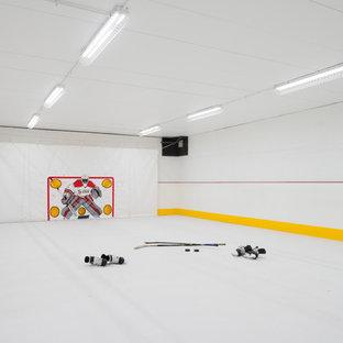 Moderner Fitnessraum mit Indoor-Sportplatz, weißer Wandfarbe und weißem Boden in Minneapolis