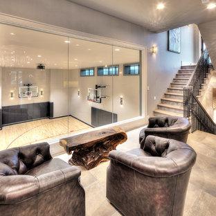 Modern inredning av ett mycket stort hemmagym med inomhusplan