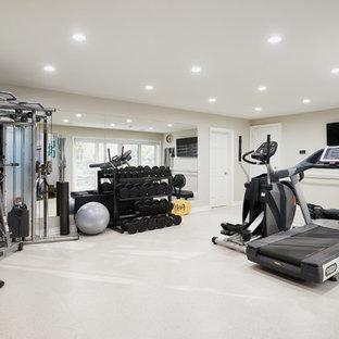 Multifunktionaler Klassischer Fitnessraum mit beiger Wandfarbe und weißem Boden in Toronto
