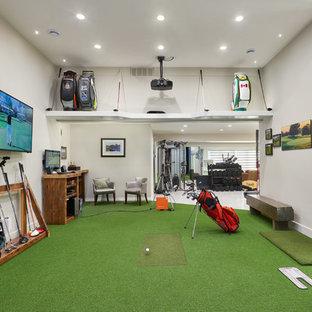 Idee per una palestra classica con pareti beige e pavimento verde