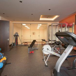 Multifunktionaler, Großer Moderner Fitnessraum mit oranger Wandfarbe in Denver