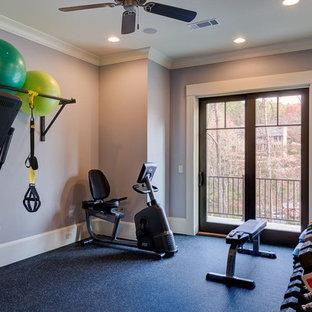 Immagine di una sala pesi stile americano di medie dimensioni con pareti grigie