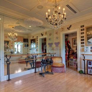 Ispirazione per una palestra in casa mediterranea con pareti beige e parquet chiaro