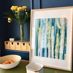 Immagine di una palestra in casa scandinava con pareti blu, pavimento in laminato e pavimento beige
