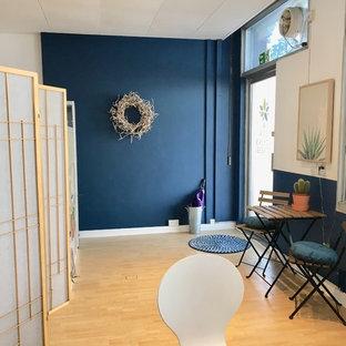 Foto di una palestra in casa scandinava con pareti blu, pavimento in laminato e pavimento beige