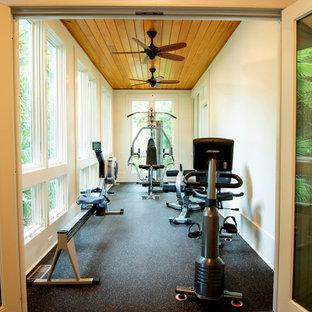 Foto di una piccola sala pesi chic con pareti beige e pavimento grigio
