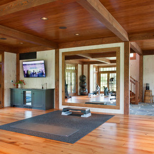 Lantlig inredning av ett hemmagym med yogastudio, med orange golv