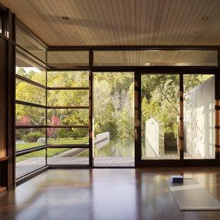 Idéer för mellanstora funkis hemmagym med yogastudio, med mörkt trägolv