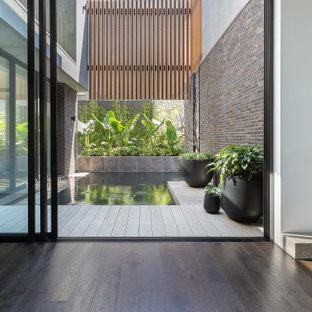 Immagine di una palestra in casa design con pareti multicolore, pavimento in marmo e pavimento marrone