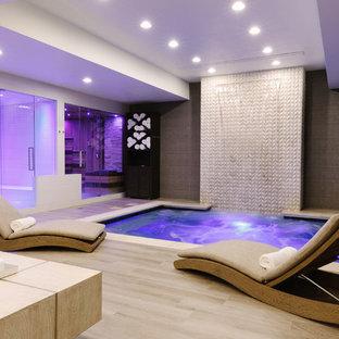 Multifunktionaler, Geräumiger Klassischer Fitnessraum mit bunten Wänden, Porzellan-Bodenfliesen und buntem Boden in Chicago