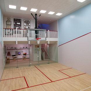 Großer Klassischer Fitnessraum mit Indoor-Sportplatz, bunten Wänden, hellem Holzboden und beigem Boden in San Francisco