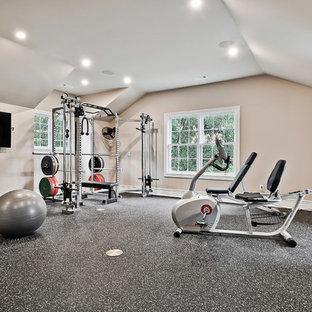 Ejemplo de gimnasio multiusos, clásico, grande, con paredes beige y suelo negro