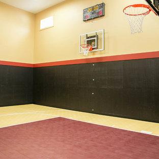 Esempio di un campo sportivo coperto minimalista con pareti multicolore