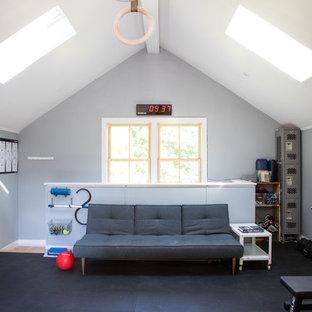 Esempio di una grande sala pesi vittoriana con pareti blu e pavimento nero