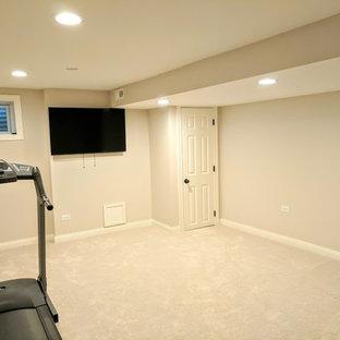 Esempio di una palestra multiuso chic di medie dimensioni con pareti grigie, moquette e pavimento bianco