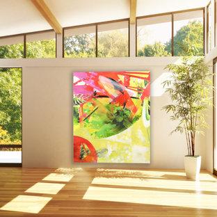 Immagine di un grande studio yoga minimalista con pareti bianche, parquet chiaro e pavimento marrone