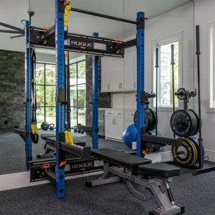 ヒューストンの巨大なコンテンポラリースタイルのおしゃれなトレーニングルーム (黒い床) の写真