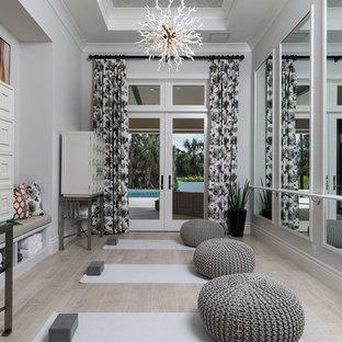 Mittelgroßer Mediterraner Yogaraum mit grauer Wandfarbe, hellem Holzboden und beigem Boden in Sonstige