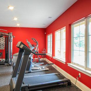 Multifunktionaler, Geräumiger Moderner Fitnessraum mit roter Wandfarbe in New York