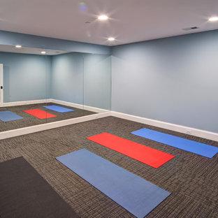 ワシントンD.C.の広いトランジショナルスタイルのおしゃれなヨガスタジオ (青い壁、カーペット敷き、グレーの床) の写真