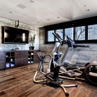 Multifunktionaler, Großer Moderner Fitnessraum mit braunem Holzboden, grauer Wandfarbe und braunem Boden in Orange County