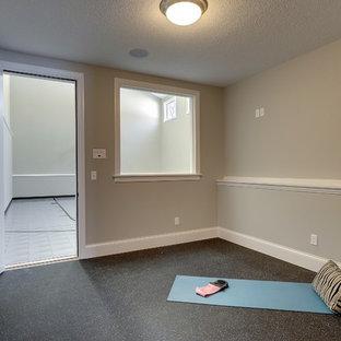 Esempio di un piccolo studio yoga classico con pareti grigie e pavimento multicolore