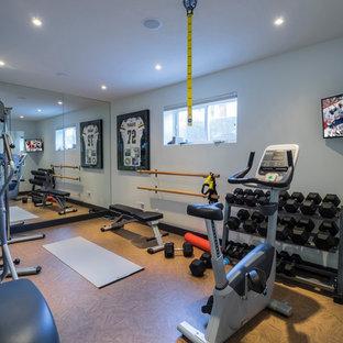 Immagine di una sala pesi chic di medie dimensioni con pareti bianche e pavimento in sughero