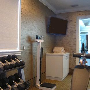Idee per una sala pesi contemporanea di medie dimensioni con pareti multicolore e moquette