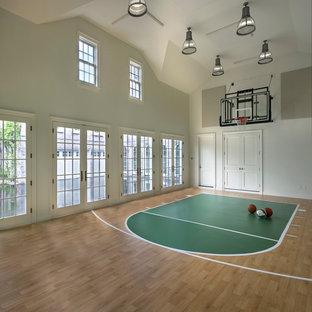デトロイトの巨大なトラディショナルスタイルのおしゃれな室内コート (白い壁、淡色無垢フローリング、ベージュの床) の写真