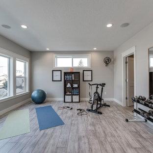 Multifunktionaler, Großer Klassischer Fitnessraum mit grauer Wandfarbe, Laminat und grauem Boden in Salt Lake City