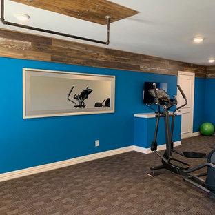 Immagine di una grande sala pesi minimalista con pareti blu, moquette e pavimento marrone