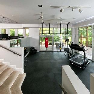 Ispirazione per un'ampia palestra multiuso chic con pareti bianche, pavimento in vinile e pavimento nero