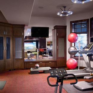 Immagine di una grande sala pesi stile americano con pareti bianche, moquette e pavimento rosso