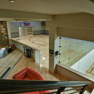 Geräumiger Rustikaler Fitnessraum mit Indoor-Sportplatz, beiger Wandfarbe und hellem Holzboden in Salt Lake City