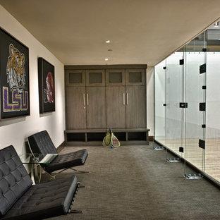 Großer Moderner Fitnessraum mit Indoor-Sportplatz, beiger Wandfarbe und Teppichboden in Salt Lake City