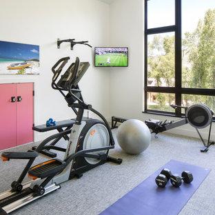 Country Fitnessraum mit weißer Wandfarbe, grauem Boden und gewölbter Decke in Denver