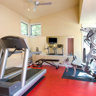 Moderner Fitnessraum mit rotem Boden in Portland