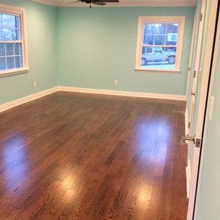 Esempio di uno studio yoga chic di medie dimensioni con pareti blu e pavimento in legno massello medio