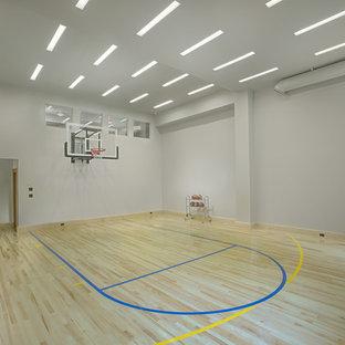 Свежая идея для дизайна: спортзал в современном стиле с серыми стенами, светлым паркетным полом и бежевым полом - отличное фото интерьера
