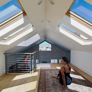 Inredning av ett modernt hemmagym med yogastudio, med vita väggar och ljust trägolv