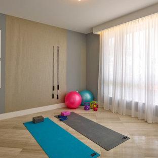 Mittelgroßer Moderner Yogaraum mit grauer Wandfarbe in Miami