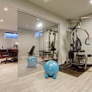 Idée de décoration pour une petite salle de musculation design avec un mur beige, un sol en bois clair et un sol beige.