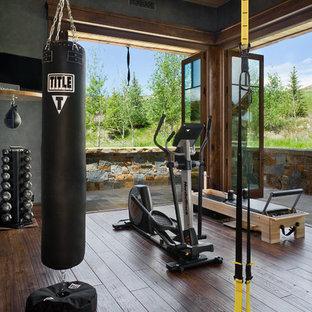 Inspiration pour une salle de sport chalet multi-usage avec un sol en bois foncé.