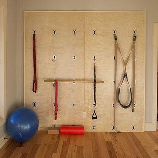 Idee per un piccolo studio yoga bohémian con pareti grigie e parquet chiaro