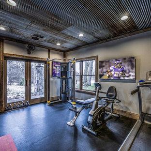 Multifunktionaler, Mittelgroßer Rustikaler Fitnessraum mit beiger Wandfarbe und schwarzem Boden in Minneapolis