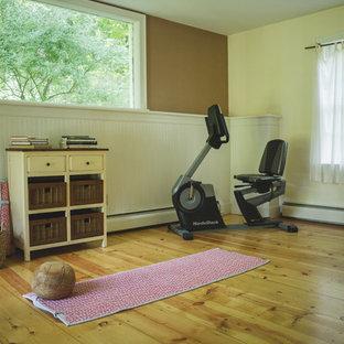 Esempio di una palestra in casa country con pavimento in legno massello medio e pavimento giallo