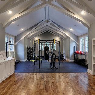Großer Landhaus Kraftraum mit grauer Wandfarbe, braunem Holzboden und braunem Boden in Houston