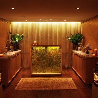 Ispirazione per una piccola palestra multiuso classica con pareti marroni e pavimento in bambù